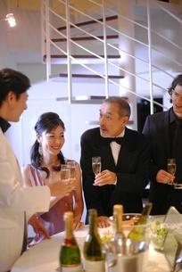 食事を楽しむ女性と3人の男性の写真素材 [FYI02400459]
