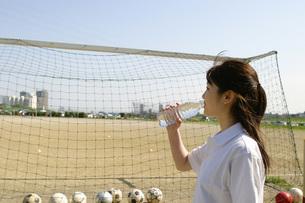 水を飲む女性とサッカーゴールの写真素材 [FYI02400476]