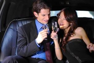 車内で乾杯をするカップルの写真素材 [FYI02400571]