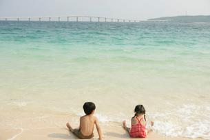 海で遊ぶ子供たちの写真素材 [FYI02400578]