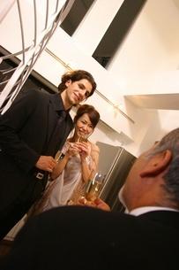 シャンパンを持った女性と2人の男性の写真素材 [FYI02400613]
