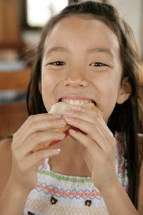 パンを食べる女の子の写真素材 [FYI02400653]