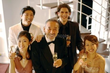 笑顔の3人の男性と2人の女性の写真素材 [FYI02400700]