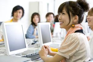 パソコン実習中の学生たちの写真素材 [FYI02400711]