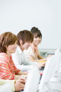 パソコン実習中の学生たちの写真素材 [FYI02400727]