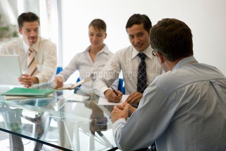 会議中のビジネスマンたちの写真素材 [FYI02400747]