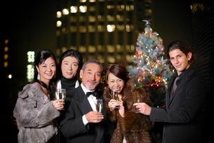 シャンパンを持つ3人の男性と2人の女性の写真素材 [FYI02400765]