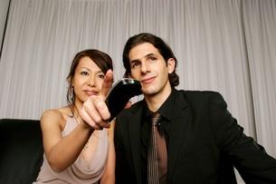 リモコンを操作するカップルの写真素材 [FYI02400860]