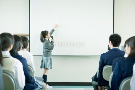 発表をする高校生の写真素材 [FYI02400893]