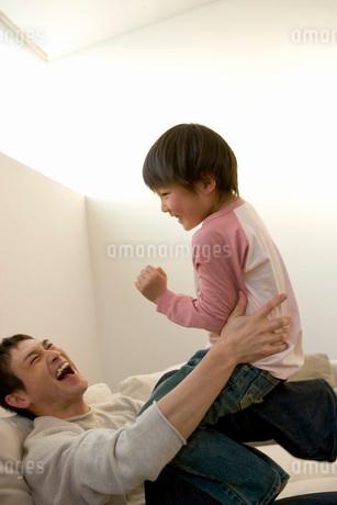 遊んでいる父と子の写真素材 [FYI02400960]