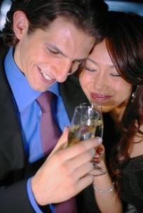 乾杯をするカップルの写真素材 [FYI02400961]