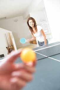卓球をするカップルの写真素材 [FYI02401001]
