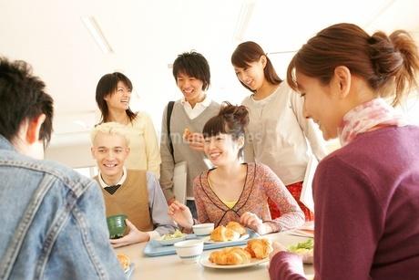 学生食堂に集う男女の写真素材 [FYI02401006]
