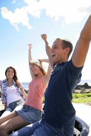 両手をあげて喜ぶ外国人の若者の写真素材 [FYI02401055]