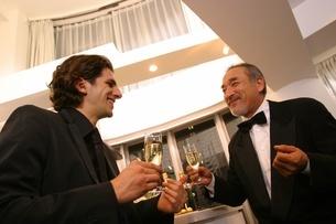シャンパンを手に持つ2人の男性の写真素材 [FYI02401136]