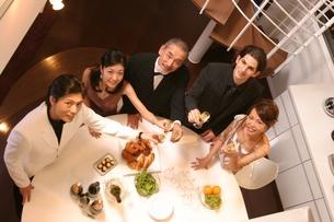 食事を楽しむ5人の写真素材 [FYI02401532]