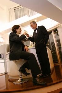 乾杯をする2人の男性の写真素材 [FYI02401586]