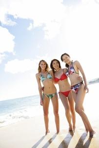 水着の女性3人の写真素材 [FYI02401633]