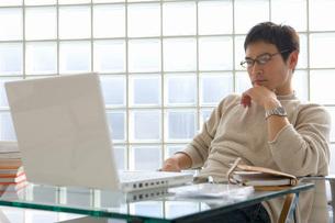 パソコン見る男性の写真素材 [FYI02401678]