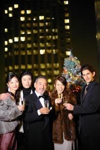 シャンパンを持つ3人の男性と2人の女性の写真素材 [FYI02401966]