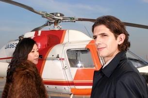 ヘリコプターとカップルの写真素材 [FYI02401976]