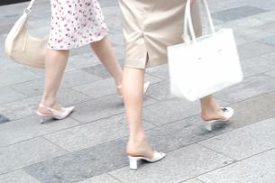 女性2人の足元の写真素材 [FYI02402001]