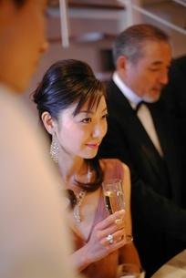 シャンパンを持った女性の写真素材 [FYI02402031]