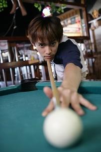 ビリヤードをする男性の写真素材 [FYI02402064]