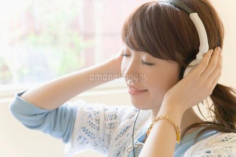 音楽を聴く日本人女性の写真素材 [FYI02402081]