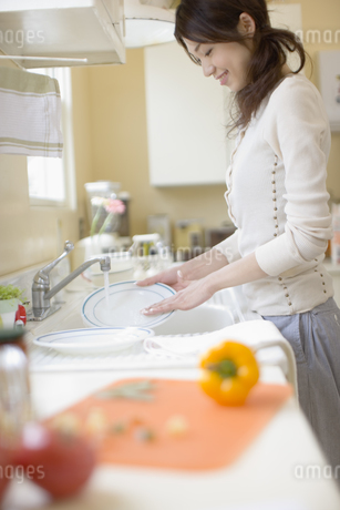キッチンの女性の写真素材 [FYI02402131]