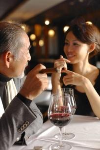 会話をする男性と女性の写真素材 [FYI02402173]