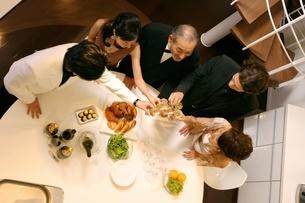 食事を楽しむ5人の写真素材 [FYI02402184]