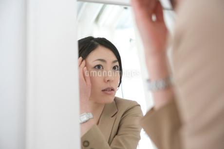 鏡を見る女性の写真素材 [FYI02402316]