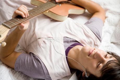 ギターを弾く男性の写真素材 [FYI02402476]
