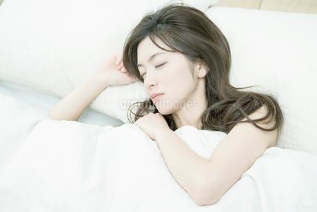 眠る女性の写真素材 [FYI02402523]