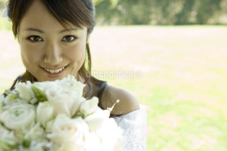 ブーケを持つ花嫁の写真素材 [FYI02402568]