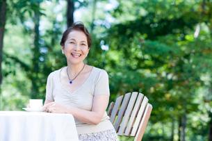 お茶を飲むシニア女性の写真素材 [FYI02402854]