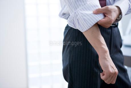腕まくりをするビジネスマンの写真素材 [FYI02402858]