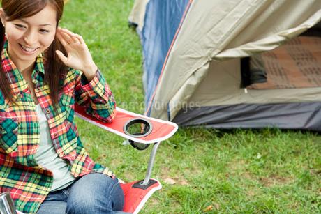 キャンプをする女性の写真素材 [FYI02402867]