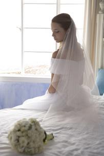 外国人新婦とブーケの写真素材 [FYI02402900]