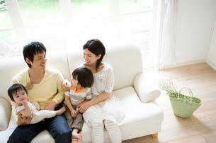 ソファーでくつろぐ家族の写真素材 [FYI02402937]