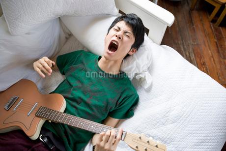 ギターを弾く男性の写真素材 [FYI02402961]