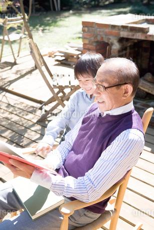 本を読む祖父と孫の写真素材 [FYI02402980]