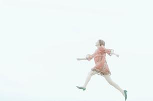 ジャンプをする女性の写真素材 [FYI02403013]
