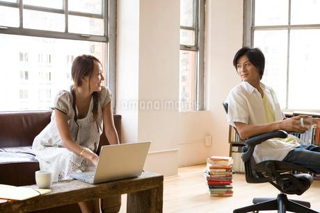 部屋で寛ぐ日本人カップルの写真素材 [FYI02403057]