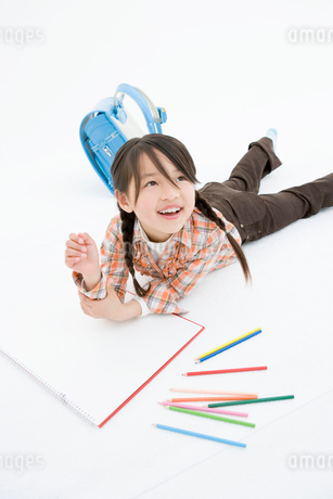 お絵かきをする女の子の写真素材 [FYI02403148]