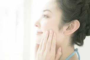 顔をマッサージする女性の写真素材 [FYI02403195]