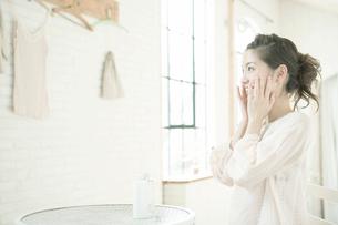 フェイスケアをする女性の写真素材 [FYI02403243]
