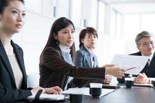 会議をするビジネスマンとビジネスウーマンの写真素材 [FYI02403419]