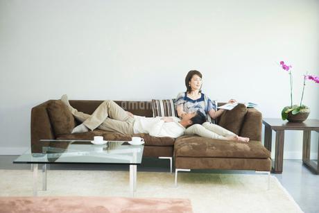 ソファーでくつろぐカップルの写真素材 [FYI02403478]